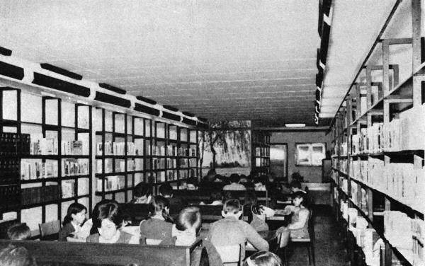 Sala de lectura de la Biblioteca Mossèn Homar de Hospitalet (1963) (Anuario...,1968, p. 248–249)