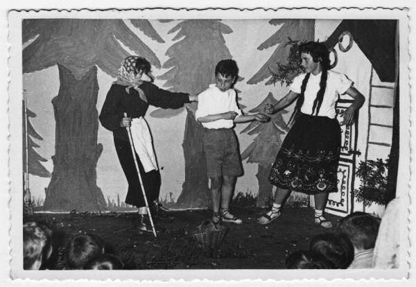 Representación de Tom i Guida, de los hermanos Grimm, en la Biblioteca de Esparraguerra (1957). A la derecha de la imagen, Anna Lizarán. (Fondo personal de Teresa Rovira)