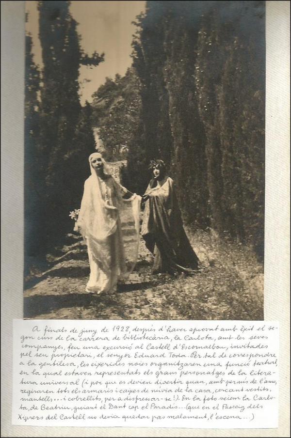 Figura 10. Carlota Pomés i una altra alumna representen Beatriu i el Dant, en els jardins del castell, com a mostra de gratitud a Eduard Toda (1928, Fons personal Carlota Pomés, AFBD)