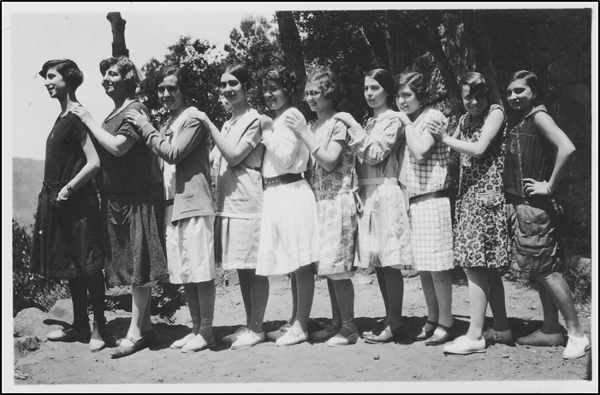Figura 12. Excursió de les alumnes al castell d'Escornalbou el 1928. D'esquerra a dreta: una noia no identificada, Pilar Álvarez (?), una noia no identificada, Carlota Pomés, una noia no identificada, M. dels Àngels Royo, Maria Mariné, Teresa Sanjoan, M. Lluïsa Rafart i Paquita Lerin (1928, AFBD)