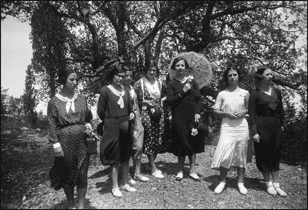 Figura 14. Excursió de les alumnes al castell d'Escornalbou el 1931. D'esquerra a dreta: Enriqueta Casas, Justa Balló, Conxa Guarro, Anna Maria Gay, M. Dolors Carré, Montserrat Ribalta i Isabel Iglesias (1931,  fons Joana Casals, AFBD)