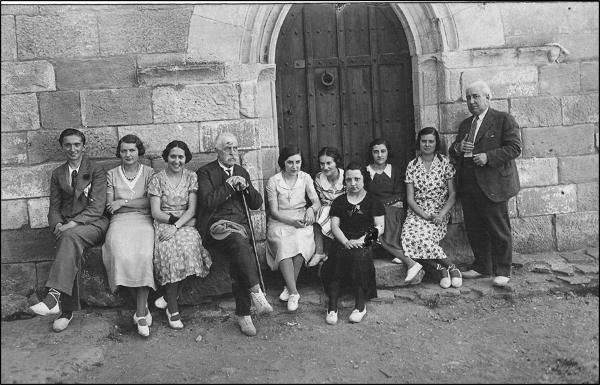 Figura 15. Excursió de les alumnes al castell d'Escornalbou el 1932. D'esquerra a dreta: el nét de Toda, Eduard Toda Oliva; Josefina Sampere; una noia no identificada; Eduard Toda; Carme Matas (?); Lluïsa Ganzenmüller; Rosa M. Tresserra (?); dues noies no identificades, i Joaquim Guitert (1932, AFBD)