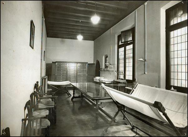 Figura 17. Laboratori de restauració als espais de l'Escola a la Casa dels Canonges (1932? AFBD)