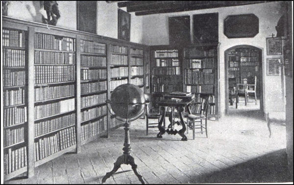 Figura 2. Una de les sales de la biblioteca d'Escornalbou (Butlletí de la Biblioteca de Catalunya, vol. 6, 1920–1922)