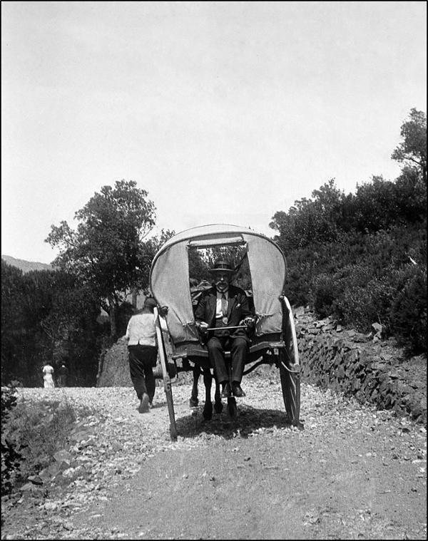 """Figura 6. Toda dalt de """"la tartaneta de montanya en la qual caben 4 personas grossas o 6 primas"""" camí del castell (1931, Fons Joana Casals, AFBD)"""