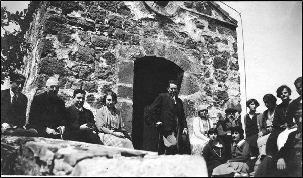 Figura 8. Excursió de les alumnes al castell d'Escornalbou el 1926. D'esquerra a dreta: Cosme Oliva, mossèn Jaume Barrera, una persona no identificada, Maria Coromines, una persona no identificada, Teresa Malagelada, Eduard Toda, Concepció Catarineu, Mercè Barjau i Pilar Bertran. Assegudes a la primera fila: Dolors Biader i Joana Casals (1926, AFBD)