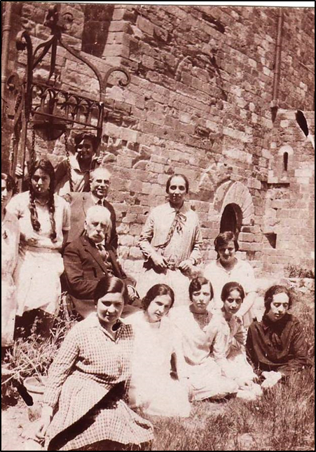 Figura 9. Excursió de les alumnes al castell d'Escornalbou el 1927. Assegut al centre de la fotografia, Eduard Toda; al seu darrere, Júlia Martinà, una noia no identificada, el professor Manuel Ramos, la professora auxiliar i després bibliotecària de l'Escola Consol Pastor, i Pilar Bertran. A la primera fila, una noia no identificada, Isabel Martinà, una noia no identificada, Joana Casals i Mercè Barjau (1927, AFBD)