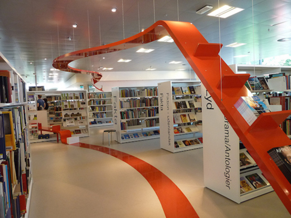 Figura 11. Biblioteca de Hjørring, Dinamarca (Autor: Jenniferjoan. Llicència CC BY 2.0)