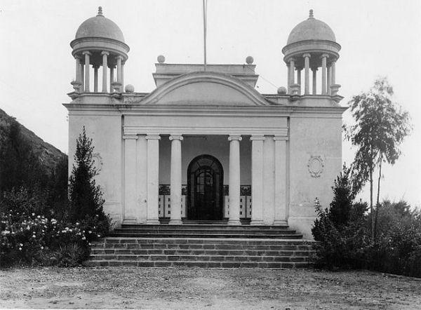 Façana de la Biblioteca Popular de Sallent. Fons fotogràfic de la Biblioteca Sant Antoni Maria Claret de Sallent. Font: Wikipedia