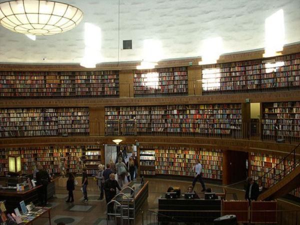 Interior de la rotonda de la Biblioteca Pública d'Estocolm. Autor: Holger Ellgaard. Font: Wikipedia