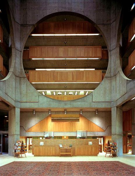 Zona central de la Biblioteca de l'Exeter. Autora: Carol M. Highsmith. Font: Wikipedia