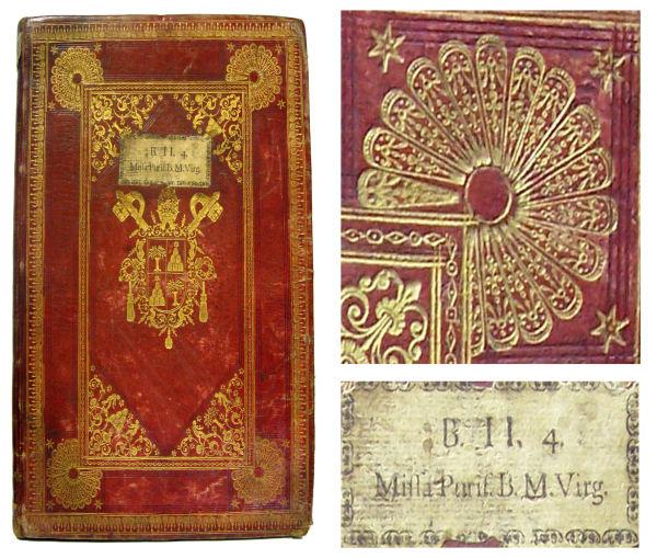 Figura 1. Enquadernació italiana amb tres quarts de ventalls en els cantons i escut del papa Alexandre VII (1655–1667), sign. 38-3. Detall de tres quarts de ventalls. Teixell amb la signatura original emprada a la Biblioteca Vaticana de Roma