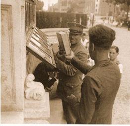 Figura 11. Guarda recollint un llibre al passeig de Sant Joan. Foto: Gabriel Casas. Font: Arxiu Gabriel Casas. Arxiu Nacional de Catalunya. ANC1-5-N-4083