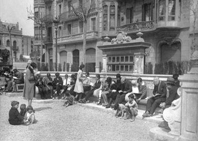 Figura 8. Banc biblioteca del passeig de Sant Joan (1930). Foto: Gabriel Casas. Font: Arxiu Gabriel Casas. Arxiu Nacional de Catalunya. ANC1-5-N-4084