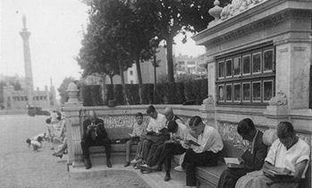 Figura 9. Banc biblioteca del passeig de Sant Joan (1930). Foto: Gabriel Casas. Font: Arxiu Gabriel Casas. Arxiu Nacional de Catalunya. ANC1-5-N-4085