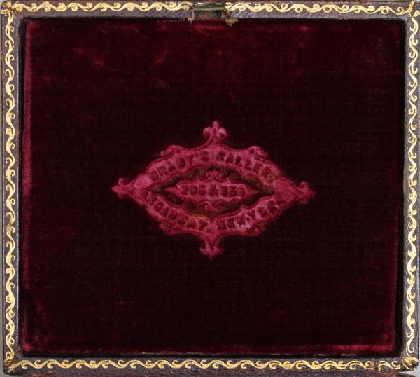 Figures 9 i 10. Detall dels estoigs dels daguerreotips: repujat (inv. 329) i logotip en el coixinet de vellut (inv. 325). Instituto de Valencia de Don Juan