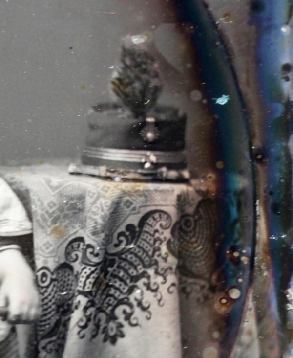 Figures 14 i 15. Mathew Brady. Retrat de Guillermo de Osma. Detalls del timbal, taula i gorra militar (inv. 329). Instituto de Valencia de Don Juan