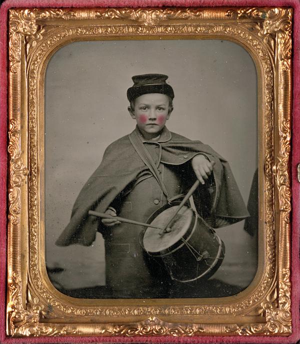 Figura 16. Autor desconocido. Drummer boy Johnny Jacobs in Union uniform with cup Johnny Jacobs con el uniforme de la Unión, ca. 1861–1865. Biblioteca del Congreso de Washington
