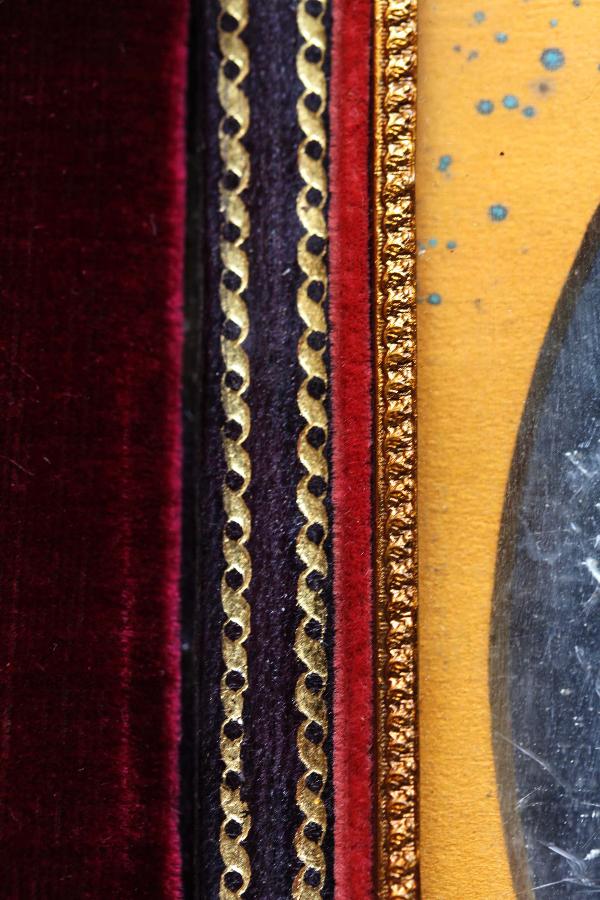 Figures 7 i 8. Detalls dels fermalls i de les sanefes de la decoració interior dels daguerreotips (inv. 326). Instituto de Valencia de Don Juan