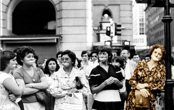 Imagen 1. Intervención callejera, centro de Santiago. Fuente. Fondo Teresa Valdés. CEDOC, MMDH